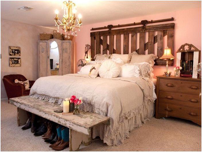 Уютна спалня с еклектично обзавеждане от дърво.