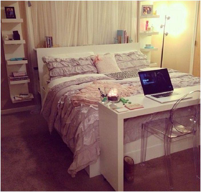 Małe i wygodne biurko uzupełni ogólną przestrzeń pokoju u nóg łóżka.