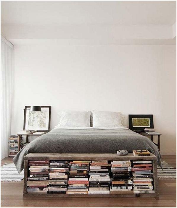W sypialni u stóp łóżka znajduje się urocza mała biblioteka.