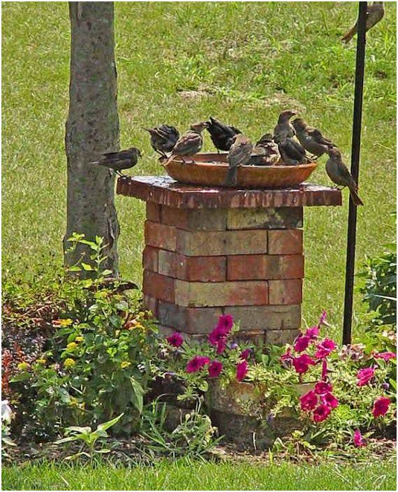 Удобна поилка за тухли за птици, която едновременно ще украси и облагородява градината.