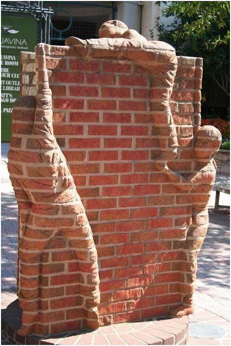 Интересен фрагмент в двора, който ще създаде определена обстановка - тухлена стена с олицетворение на идеята.