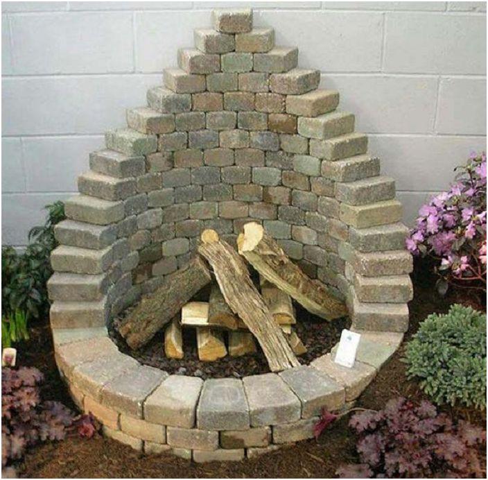 Един от най-добрите варианти за създаване на сайт за огън е да го подравните с тухли.