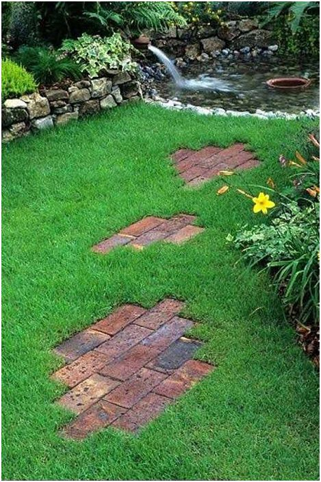 Интересен вариант е да създадете мозайка в градината с фрагменти на земята, нещо, което ще създаде проста, но интересна атмосфера.