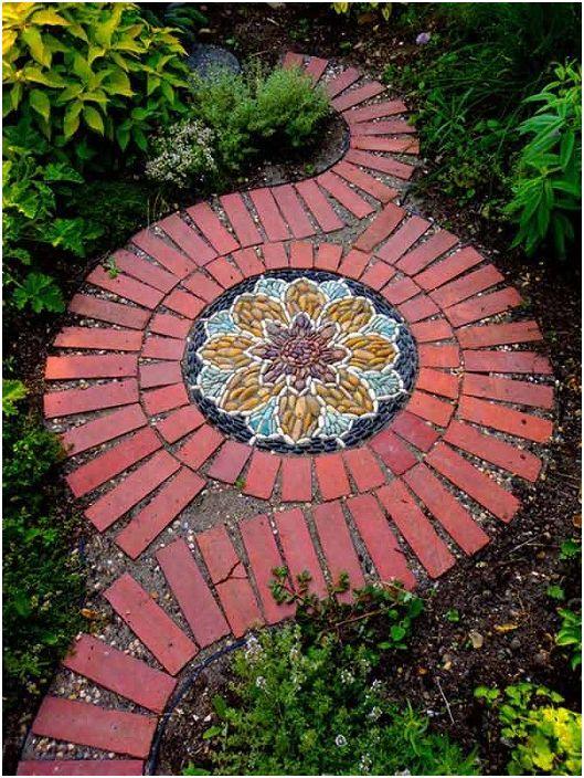 Красив вариант за декориране на мозайка в двора, който ще украси най-необикновеното място.