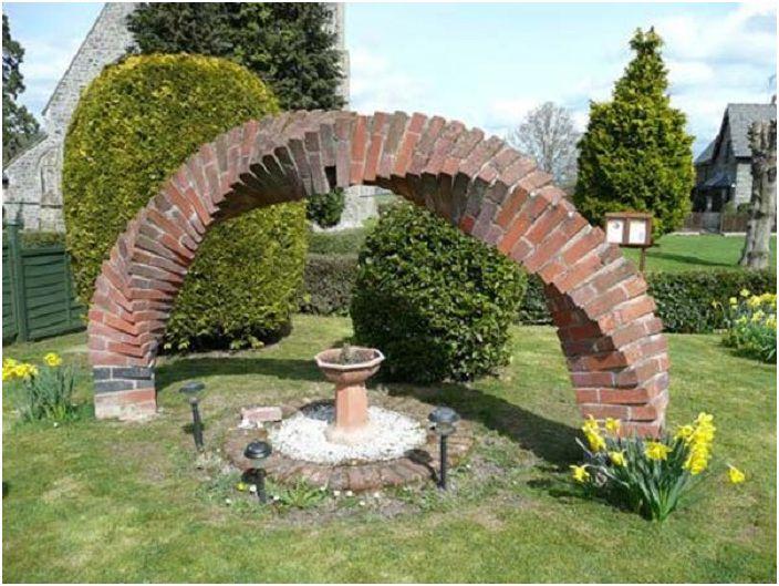 Винтидж градинска арка от тухли е добър вариант за декориране на градинската ви площ.
