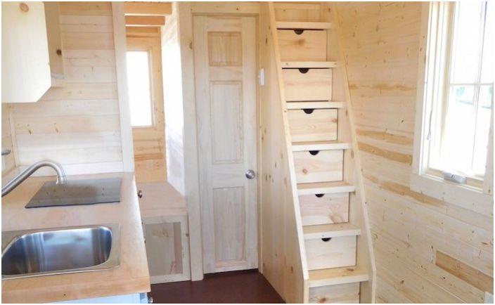 Малка къща. Стълба - кутии за неща.