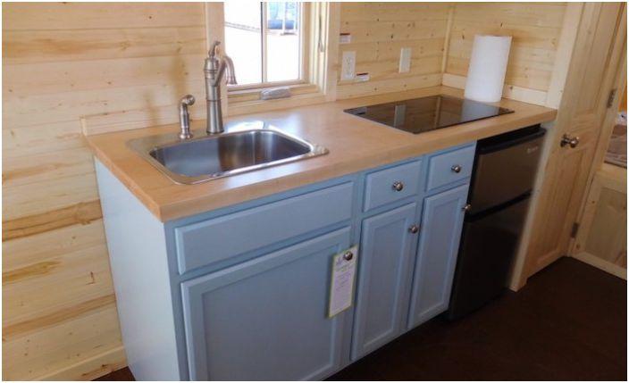 Пълен размер кухненски плот в малка къща.