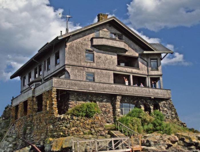 Клингстон - къща, `` оградена '' в скалата.