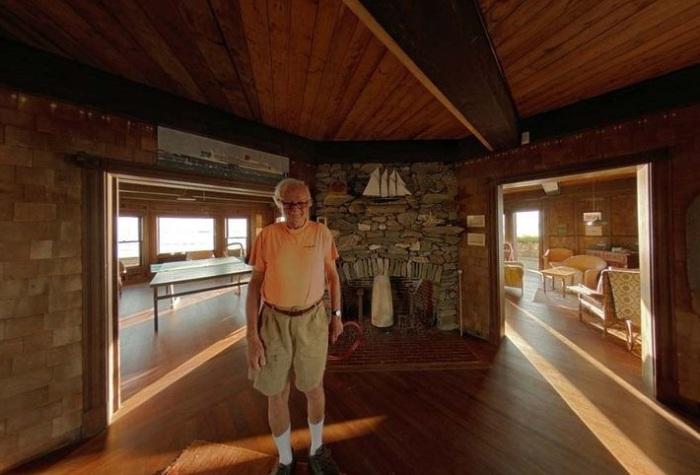 Хенри Ууд е собственик на къщата на острова.