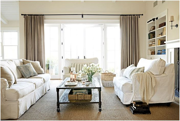 Нейтральный домашний микс в декоре гостиной, которая оформлена в светлых тонах.