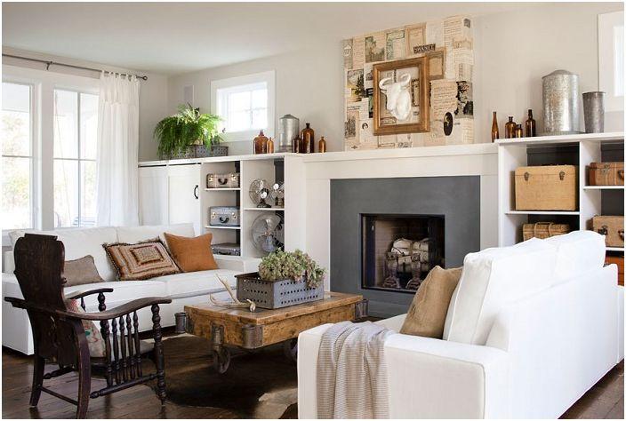 Salon z kominkiem, co tworzy ciekawą i przytulną atmosferę.
