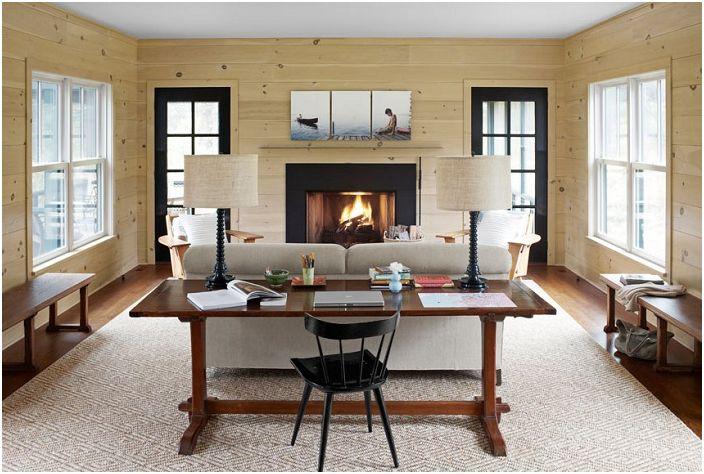Salon z drewnianymi ścianami.