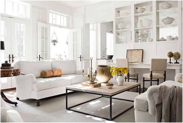 Pięknie urządzony salon w jasnych kolorach, które są orzeźwiające i inspirujące.