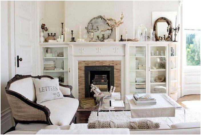 Świeży biały salon z zabytkowym wiktoriańskim kominkiem.
