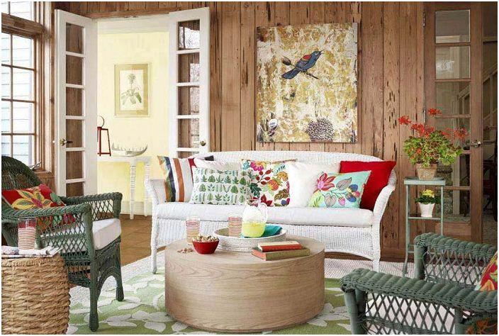 Интересное и яркое оформление гостиной с деревянными мотивами.