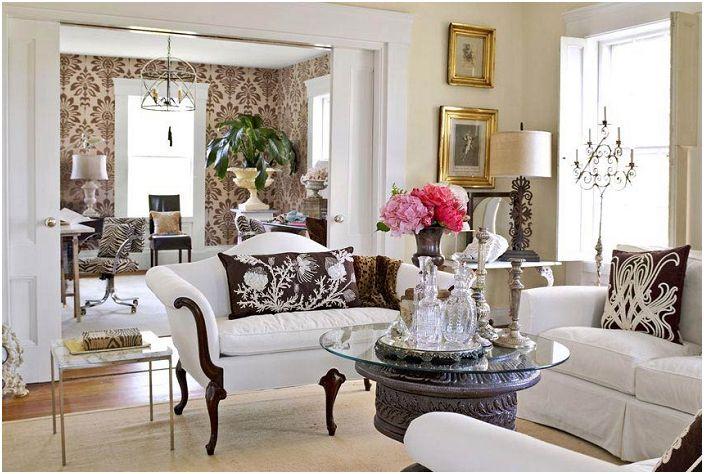 Bogata dekoracja salonu z arystokratycznymi nutami w projektowaniu ciekawych mebli.