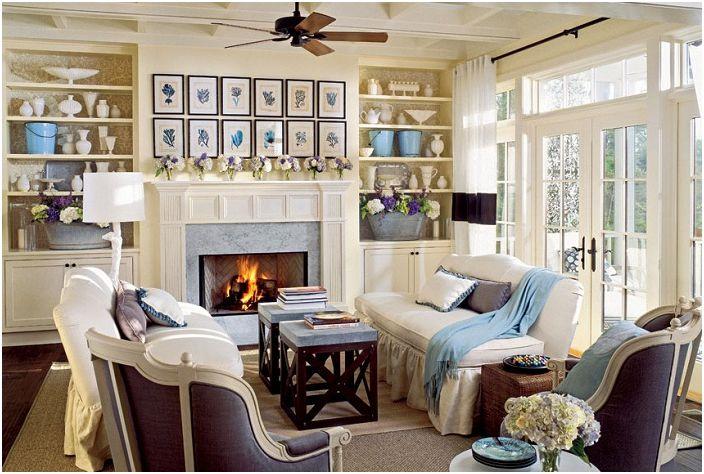 Salon w kolorach niebieskim, kremowym i szarym ma morski klimat.