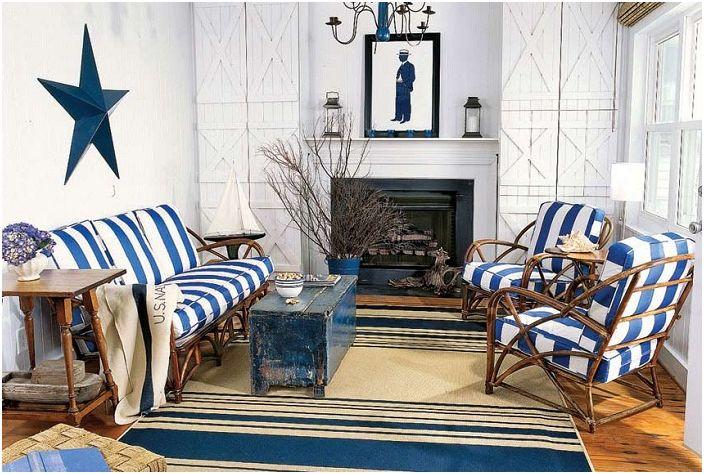 Гостиная в синих и белых тонах с морской тематикой.