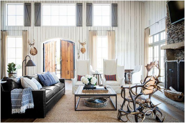 Идея дизайна гостиной с впечатляющим стулом.