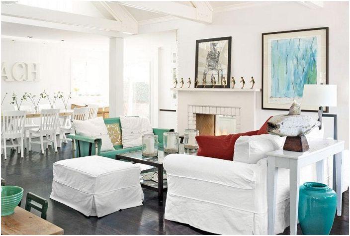 Śnieżnobiałe meble w salonie na tle dębowych podłóg.