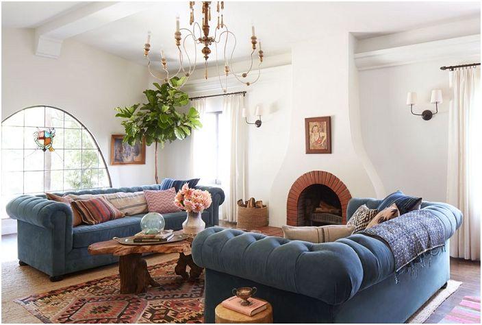 Niesamowity salon z niebieską aksamitną sofą.