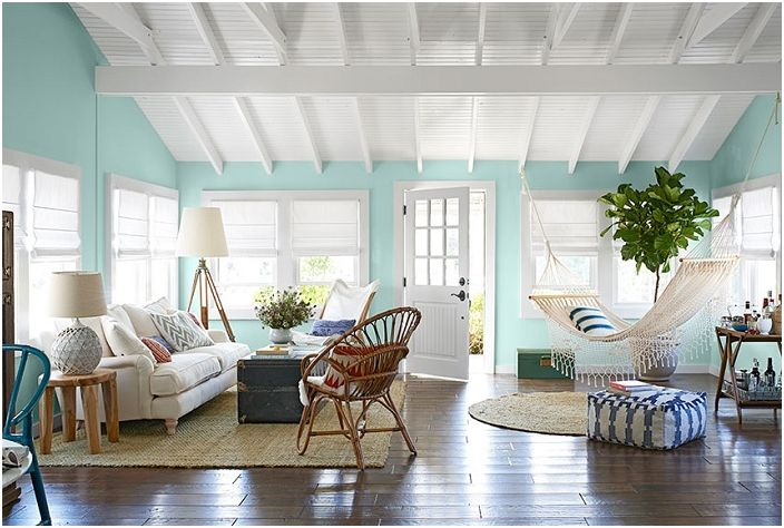 Потолок в белом цвете освежает и еще больше расширяет открытое пространство гостиной.