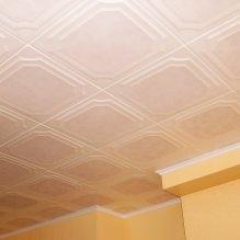 Пяна плочки за тавана: плюсове и минуси, етапи на залепване-14