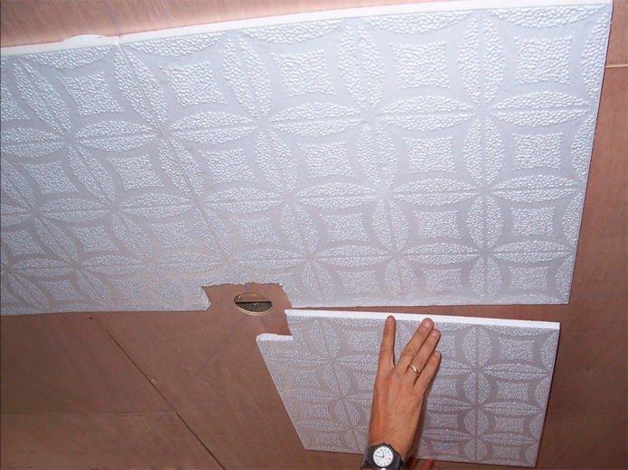 залепване на плочки с пяна към тавана