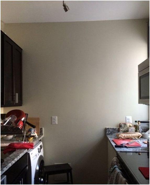 Въпреки светлите стени, тази кухня изглеждаше тесен.