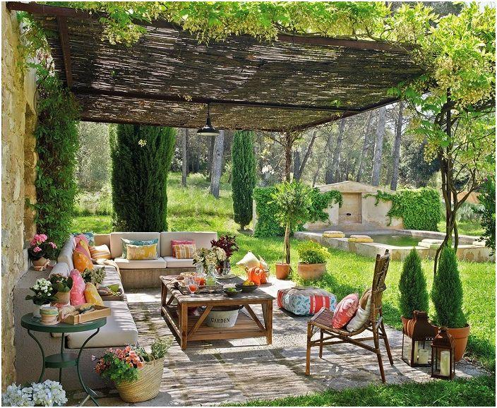 Отличен дизайн на беседката и околността е украсен със зелени пространства.