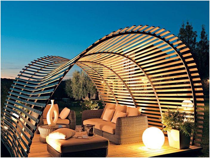 Пергола, изработена по поръчка с невероятна форма, ще се впише перфектно в градината в близост до къщата.