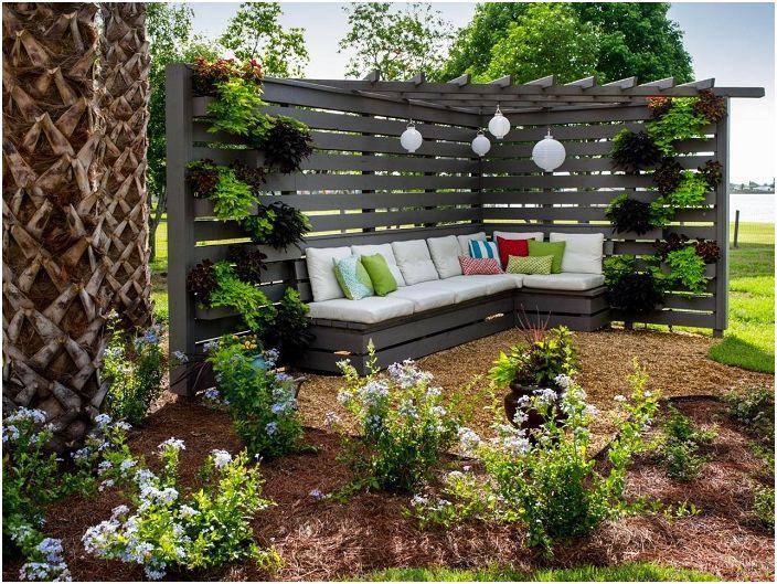 Дървената беседка е ъглова конструкция, която създава усамотен ъгъл в градината.