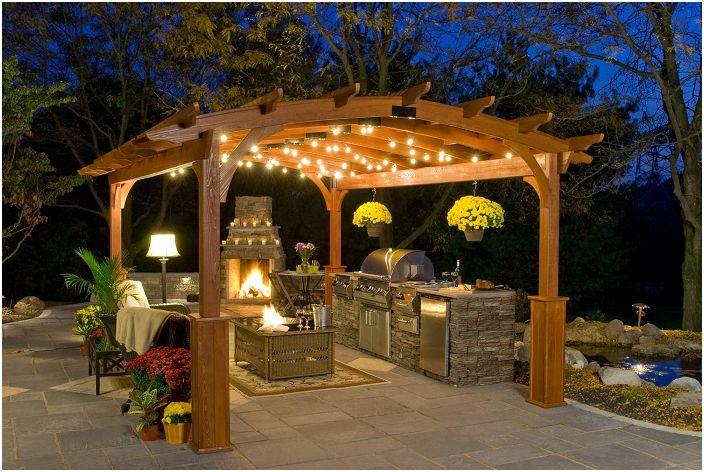 Беседка с напълно отворена кухня и камина, направена под формата на арка.