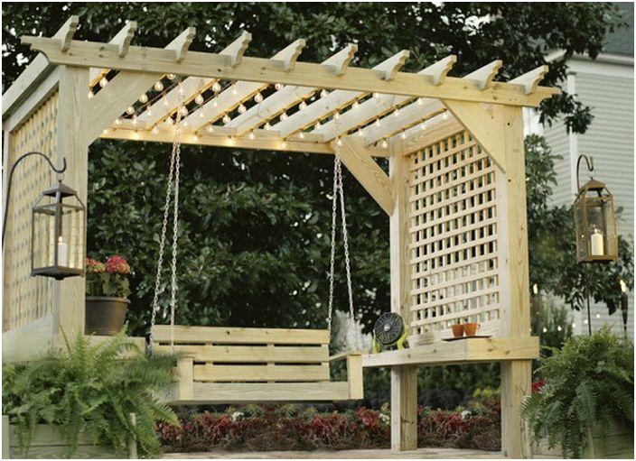Пергола дървена конструкция с люлка и странични пръти, които предпазват от любопитни очи.