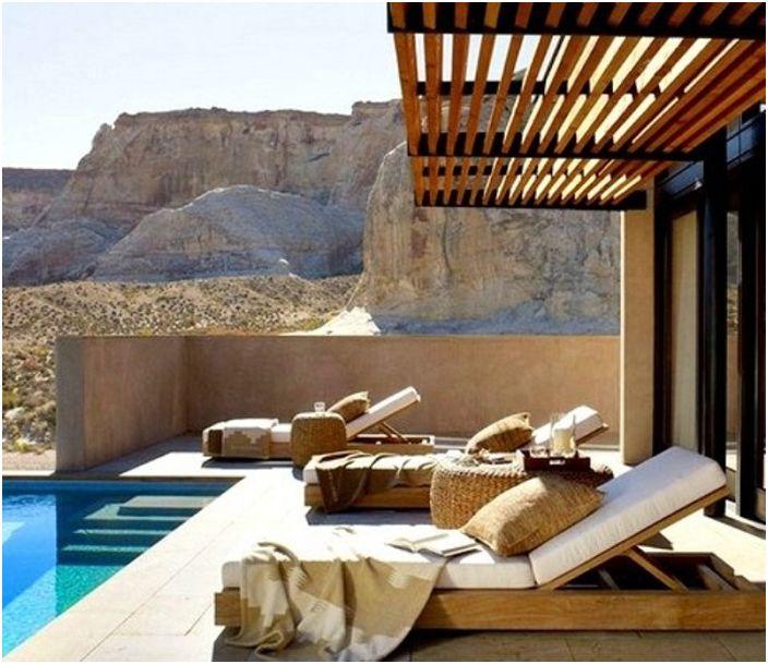 Съвременна беседка за басейн, която разширява жилищното пространство на открито.