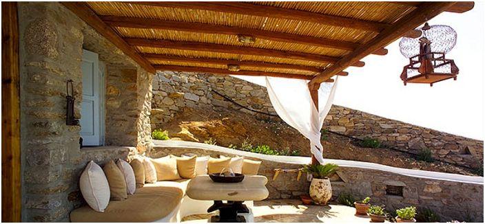 Красива средиземноморска беседка, която създава сянка с отлична зона за сядане.