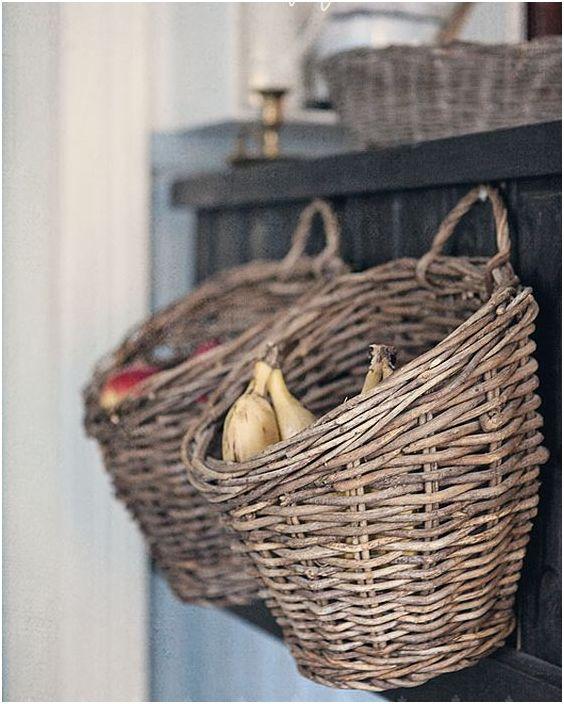 Плетени кошници в интериора на кухнята