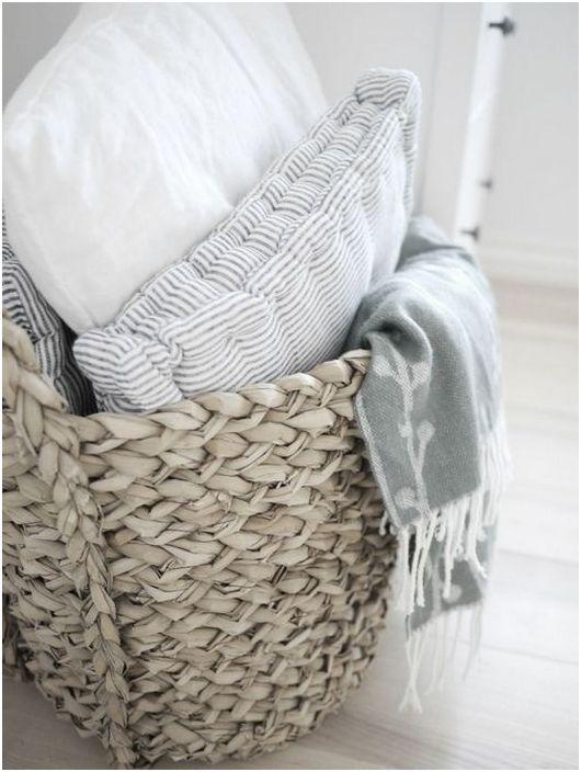 Плетени кошници могат да се използват за съхранение на възглавници и одеяла