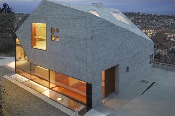 Haus 36 est une maison en béton et en verre.
