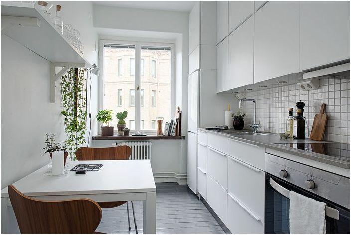 Просторна кухня в малък размер