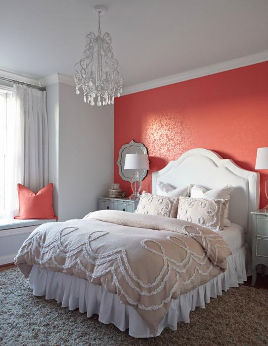 Koralowa ściana na czele łóżka.