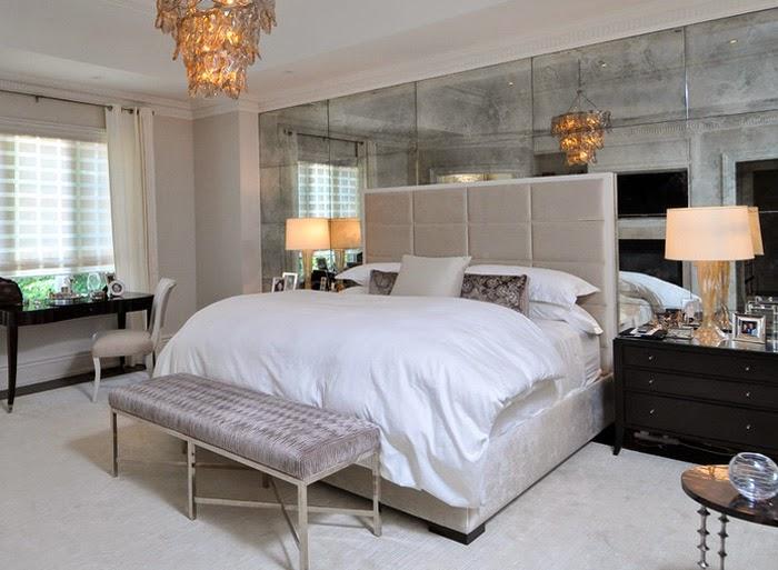 Lustrzana ściana w sypialni.