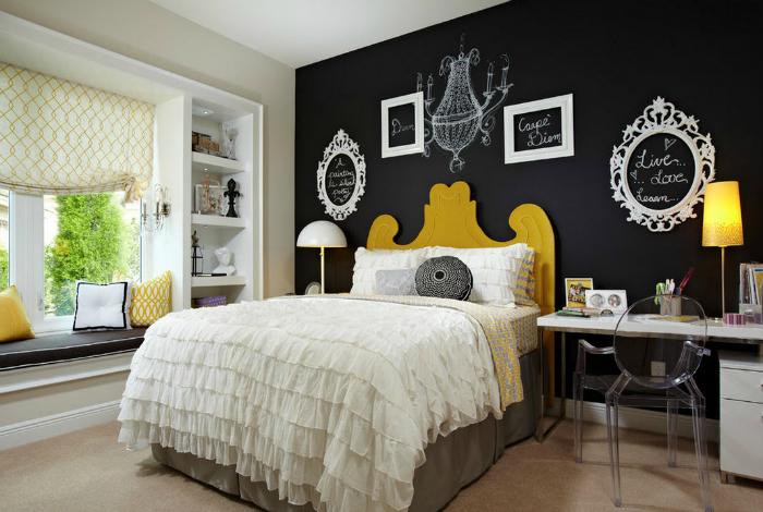 Łupkowa ściana na czele łóżka.