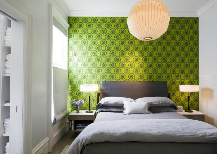 Zielona ściana na czele łóżka.
