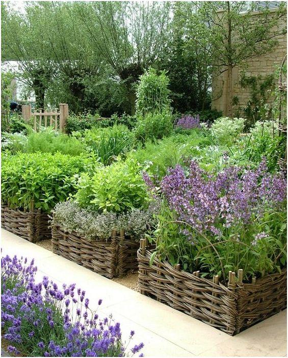 Плетени кошници специално за отглеждане на билки и подправки.