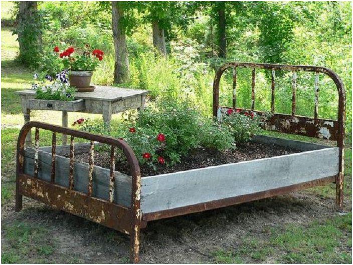 Чудесно решение за създаване на отлично градинско легло от старо легло, което не само ще бъде креативно, но и просто удобно.