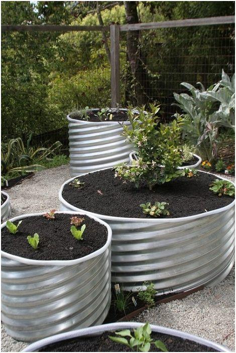 Повишена градина, като я подредите с нарязани тръби.