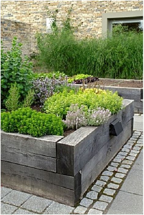 Повдигнатата градина е украсена с термично обработено дърво, което е създадено специално, за да направи сайта красив.