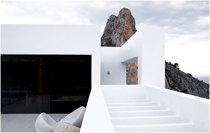 Карлос Гиларди проектира уникален проект на брега на Средиземно море.