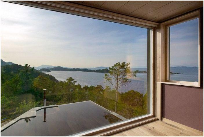 Широките прозорци предлагат зашеметяваща гледка от прозореца.